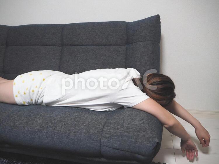 ソファーの上でだれる女性の写真