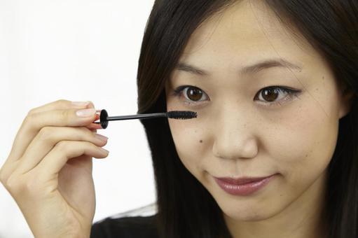 婦女粉刷睫毛膏11