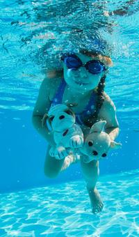 Girls who dive with underwater photography stuffed animals 3