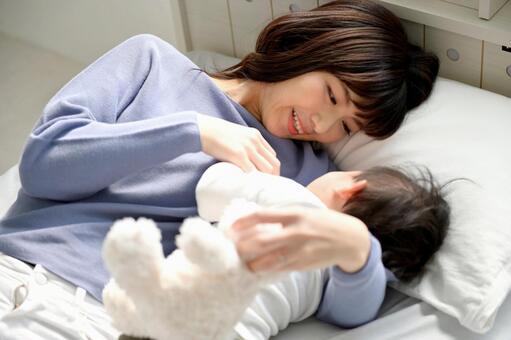 寝かしつける女性