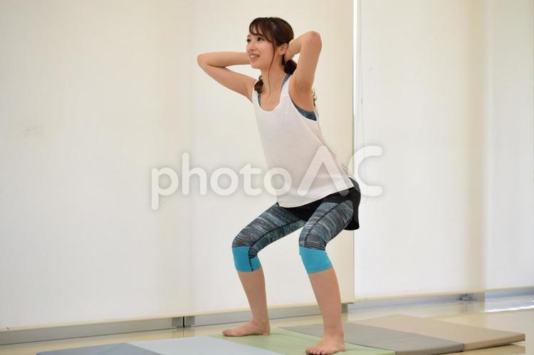 スクワットをする女性の写真