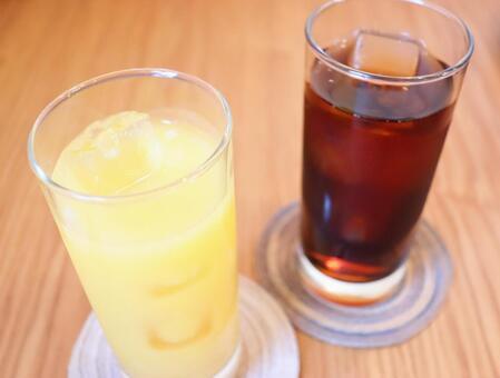 橙汁和冰的茶