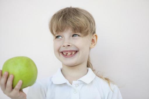 拿著蘋果的女孩