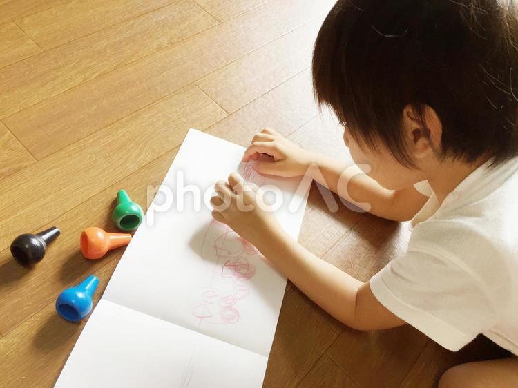 お絵かきをする男の子の写真