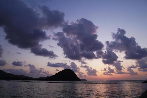 동해 수평선에지는 석양 (야마구치 현하기시 越케浜)