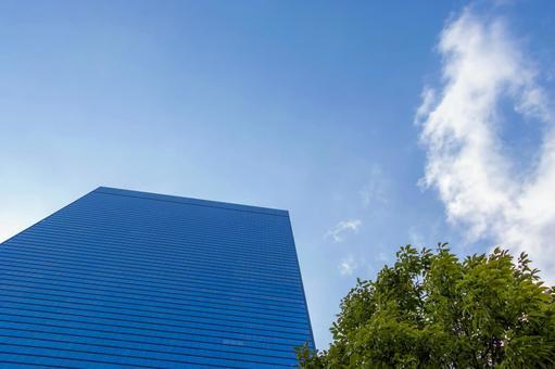사무실 건물과 푸른 하늘