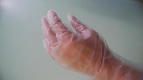 비닐 장갑을 낀 손