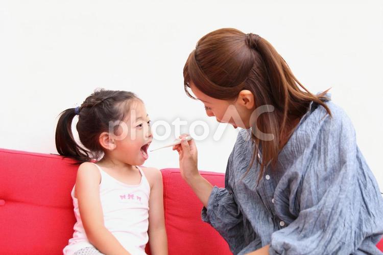 歯磨きをする親子5の写真
