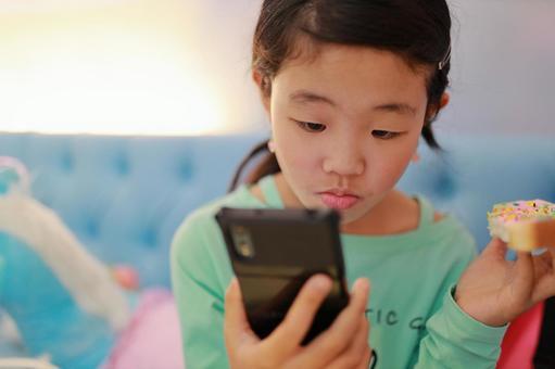 小學生1看智能手機
