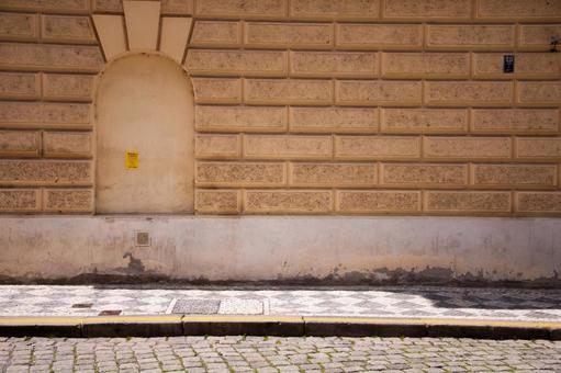 捷克小镇人行道和墙壁