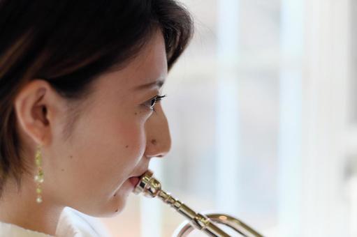 女人彈銅管樂器