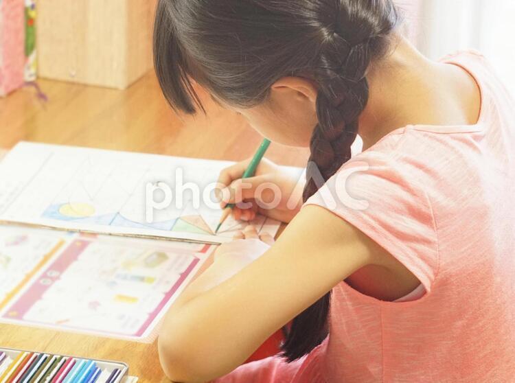 勉強する子供の写真