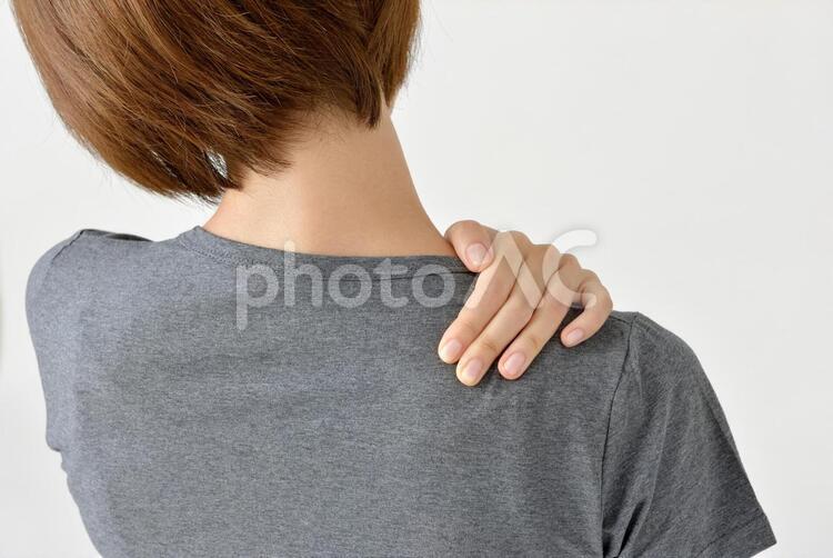 肩を押さえる女性3の写真