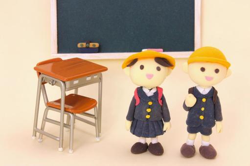 小学学生和黑板和课桌