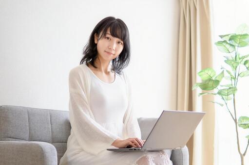 컴퓨터를 조작하는 젊은 여성의 이미지