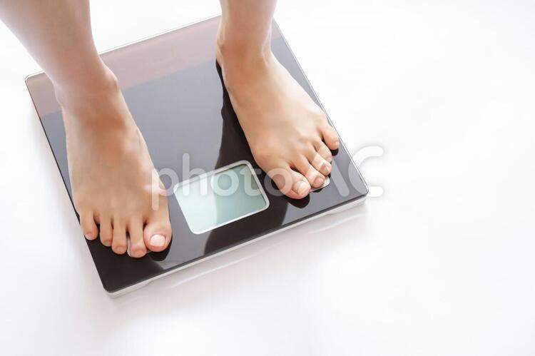 体重を測る人の写真
