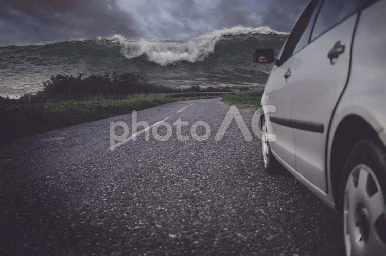 津波の方に向いている車の写真