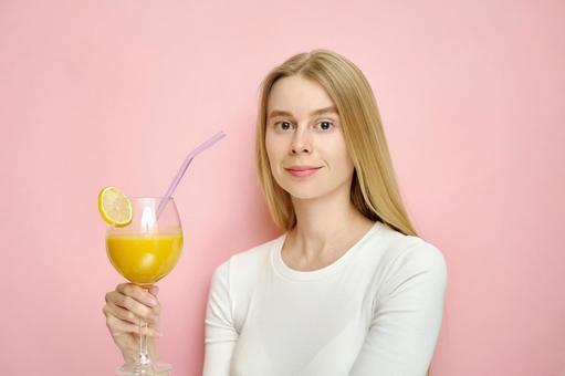 果汁的女人