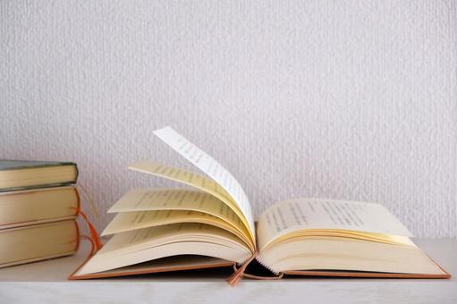 見開きの本と積み重ねた本 白背景読書イメージ素材