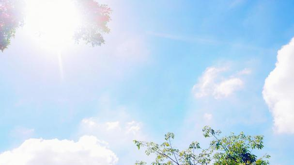 Light blue sky and dazzling light Ultraviolet rays shining down 16: 9