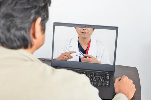 온라인 진료를받는 중년 남성
