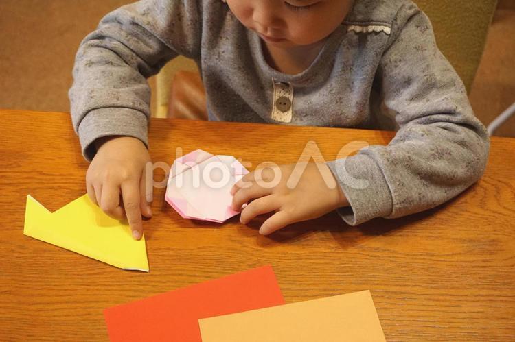 折り紙と子供 5の写真