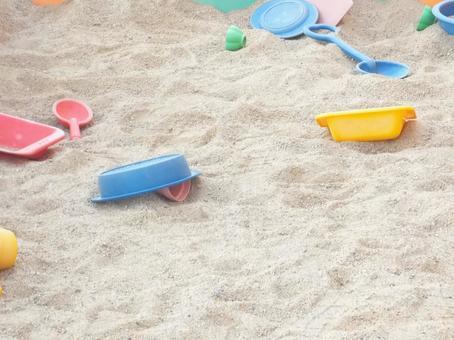 모래 밭에 방치 된 어린이 장난감