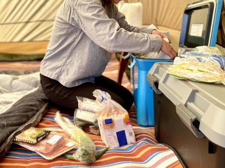 テント内で食材を出す女性