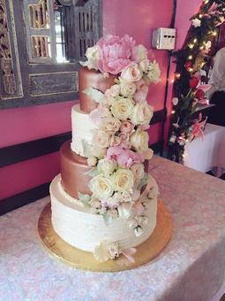 用鲜花和丝带的豪华婚礼蛋糕