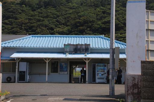 Hama Kanaya station building