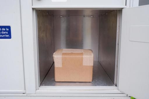 Receive your parcel that arrived in the delivery box