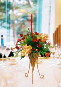결혼식 장 테이블 꽃 장식과 촛불