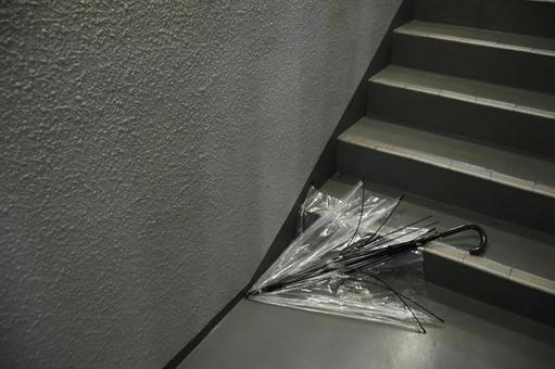 깨진 우산과 계단