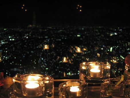 도시의 불빛을 내려다 촛불의 불꽃