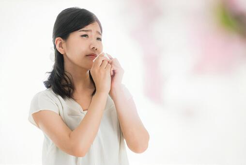 A woman who puts tissue on her face Image of poor health and physical condition in spring