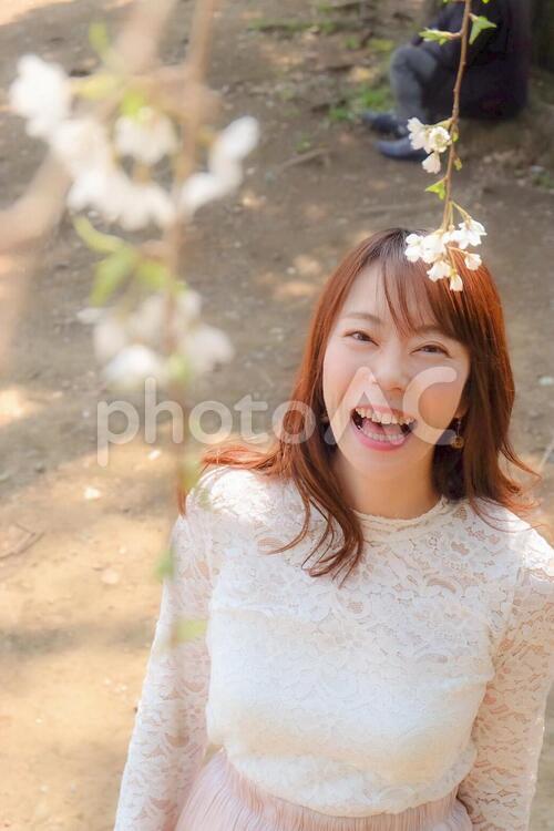 大口を開けて笑う女性の写真