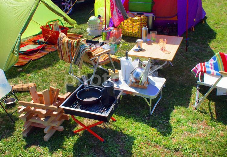 キャンプ場でテントを張るの写真