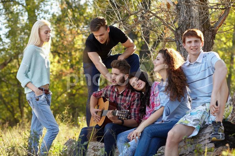 森で集う若者たち8の写真
