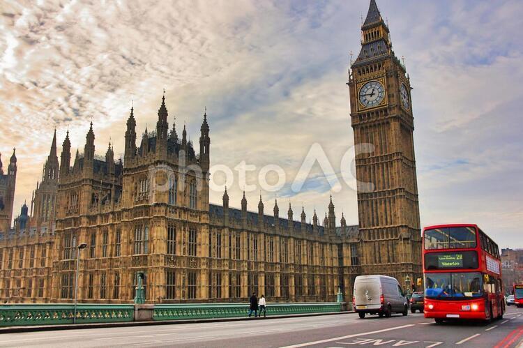 ロンドンビッグベンと二階建てバスの写真