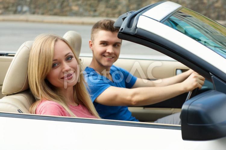 車に乗るカップル51の写真
