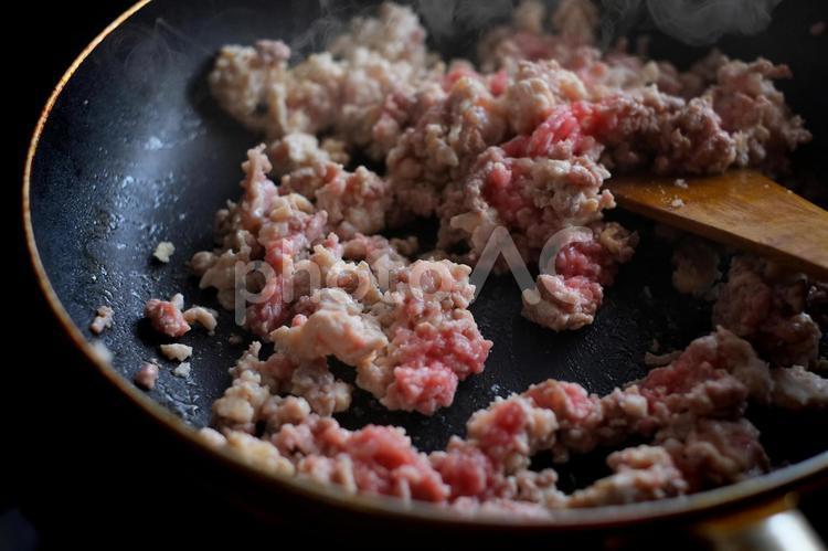 ひき肉を炒めるの写真