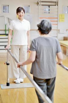 リハビリするおばあちゃんと介護士11