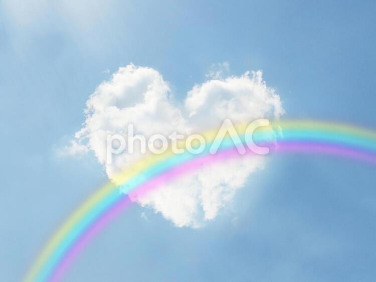 ハート型の雲と青空と虹の写真