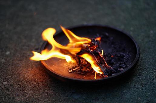 迎え火の写真素材|写真素材なら「写真AC」無料(フリー)ダウンロードOK