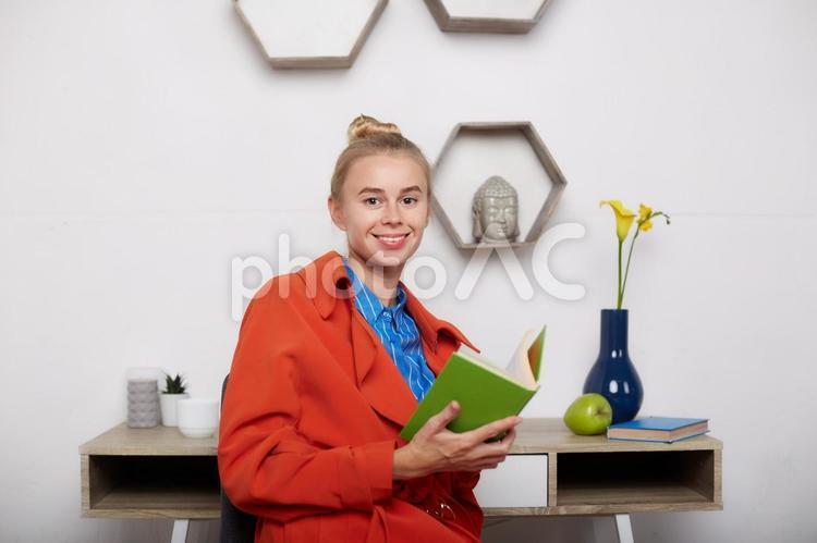 読書する女性4の写真
