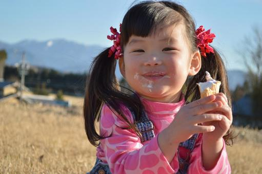 アイスを食べる子供