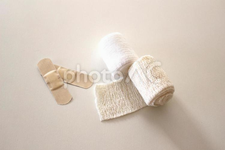包帯と絆創膏の写真