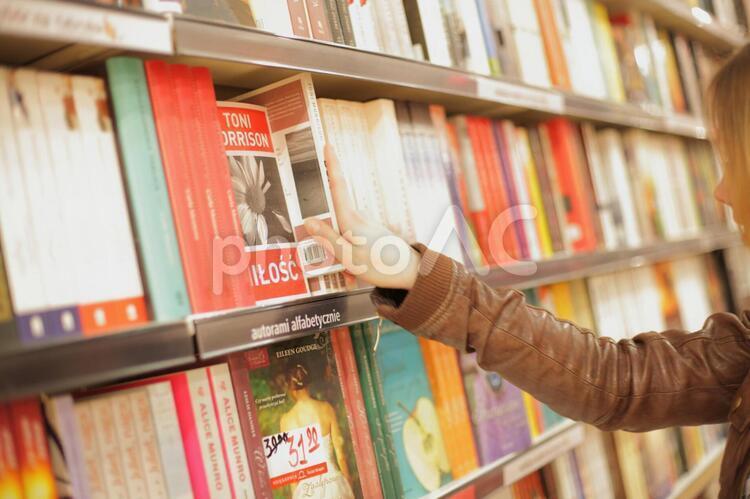 外国人女性 本屋4の写真