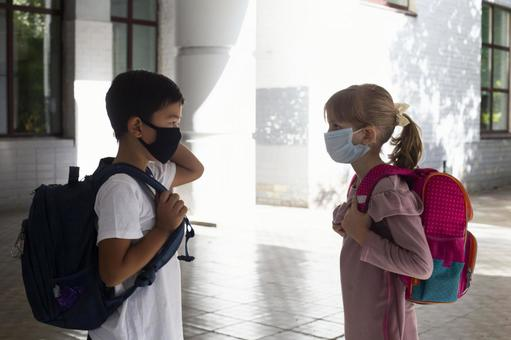 小學生戴著口罩上學