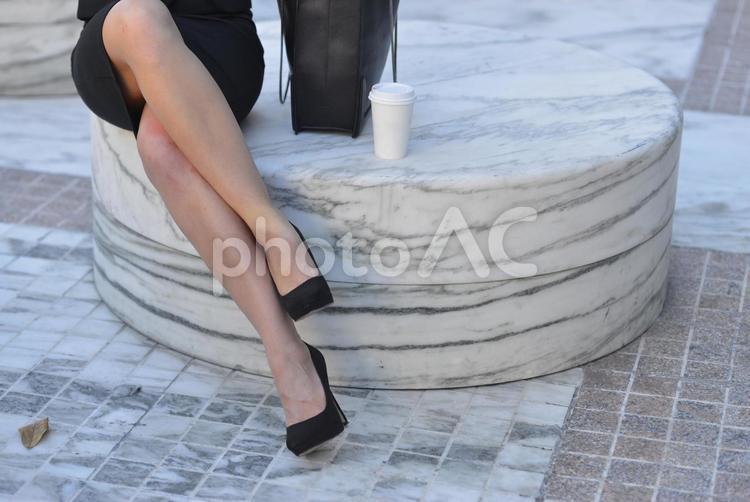 黒いパンプスを履いた足元の写真